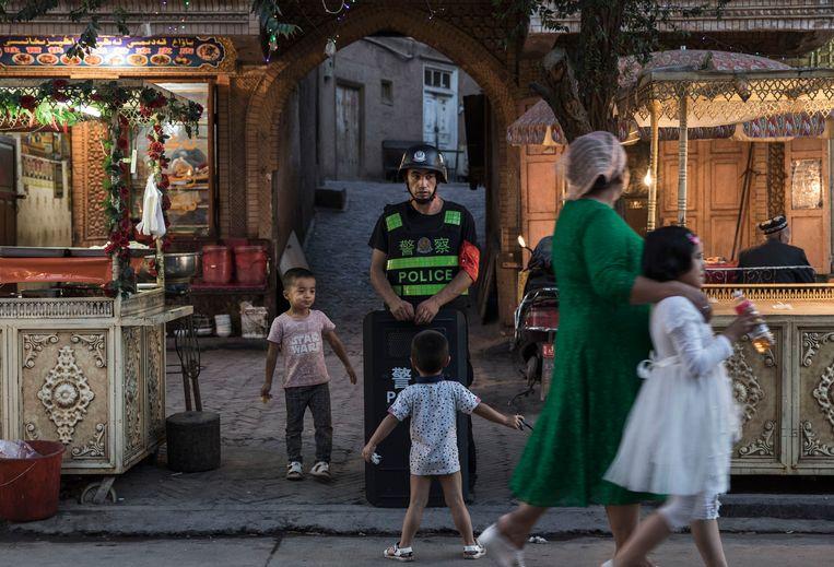 Oeigoerse kinderen in de Chinese provincie Xinjiang. Beeld Getty Images