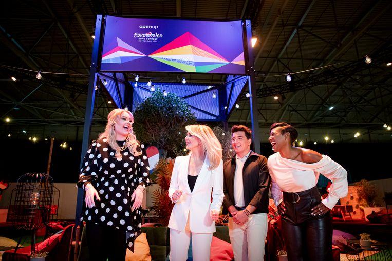 Presentatoren Nikkie de Jager, Chantal Janzen, Jan Smit en Edsilia Rombley zijn begonnen met de repetities. Ze worden voortdurend getest op corona en mogen dus dichtbij elkaar staan op het podium. Beeld Brunopress
