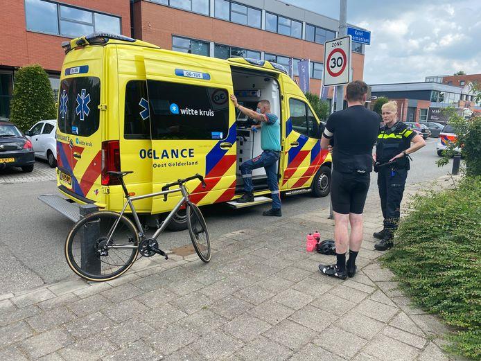 Bij een botsing tussen een wielrenner en een auto in Harderwijk, raakte de fietser lichtgewond.