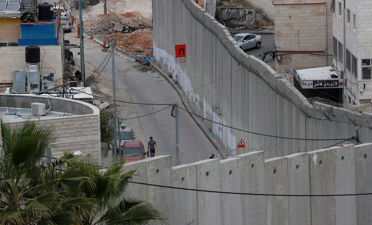 De muur die de Westelijke Jordaanoever afscheidt van Jeruzalem.  Beeld EPA
