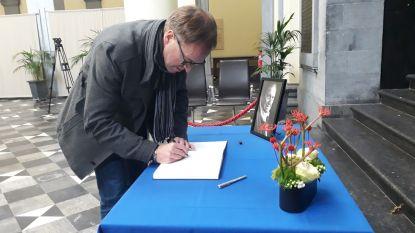 Rector tekent als eerste rouwregister voor Etienne Vermeersch in de Aula