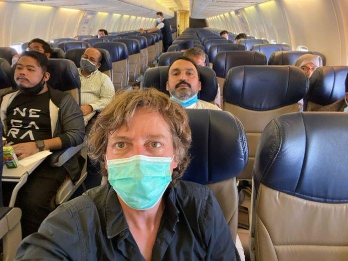 Robin Ramaekers dans un avion presque vide. Avec des stewards masculins.