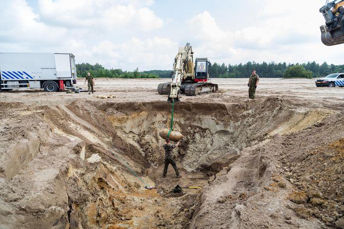 De duizendponder die woensdag op vliegbasis Gilze-Rijen onschadelijk is gemaakt, wordt in Oirschot in een gat gelegd en daar donderdag vernietigd.