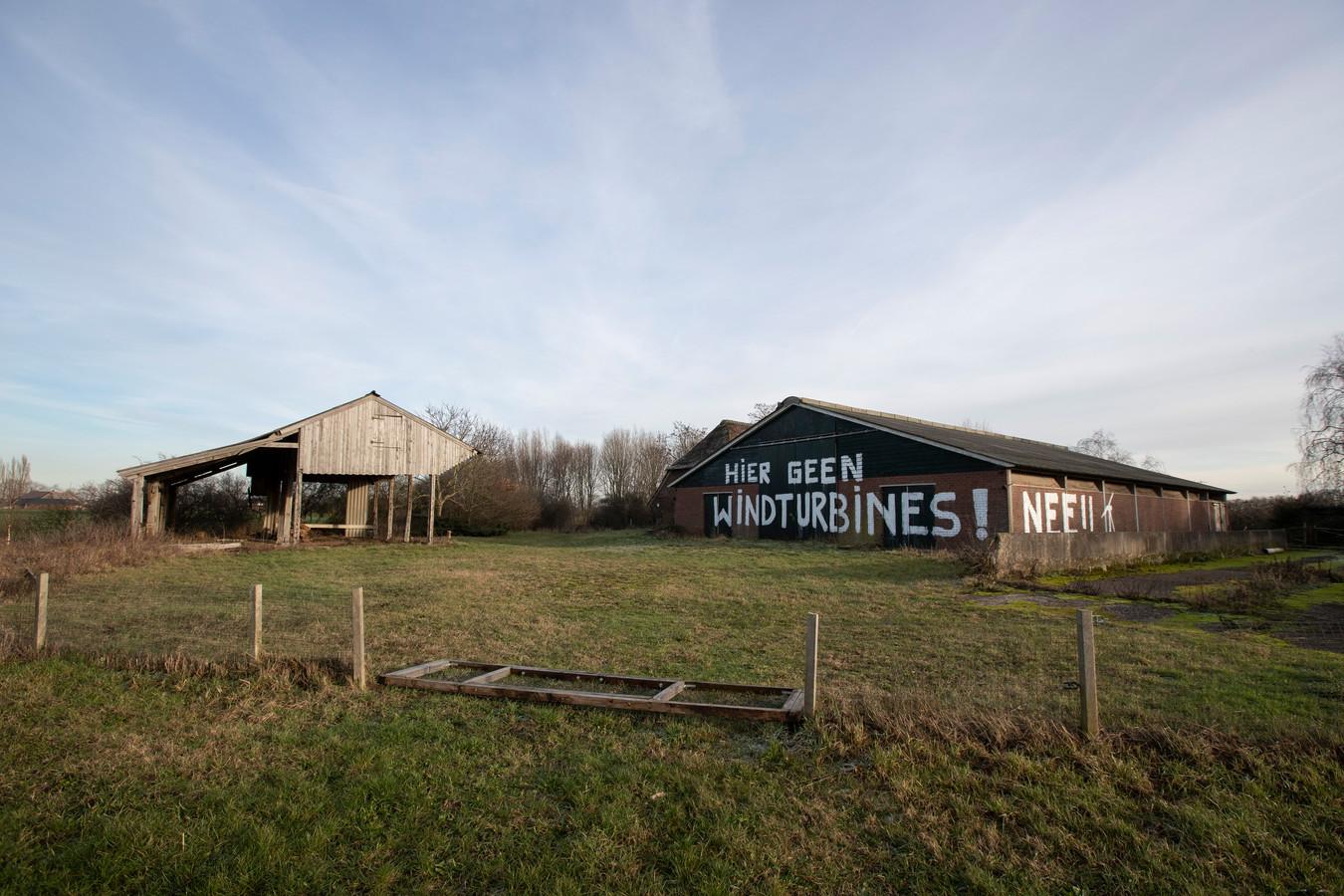 De boodschap is duidelijk op de muur van de leegstaande boerderij langs N348 in Eefde, hier geen windmolens.
