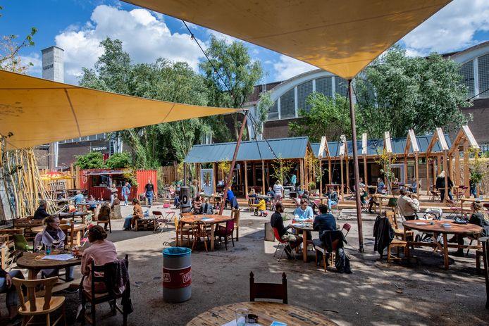 In de rij voor het nieuwste terras van Nijmegen: iedereen wil naar de  Achtertuin | Nijmegen e.o. | gelderlander.nl