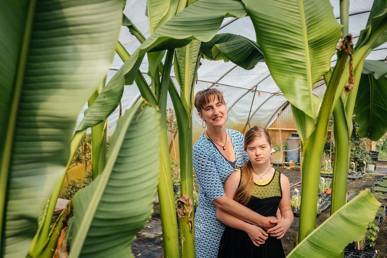 Tiney Herssens en haar dochter Gabria (18), in de plantenkwekerij van haar man.  Beeld Wouter Van Vooren
