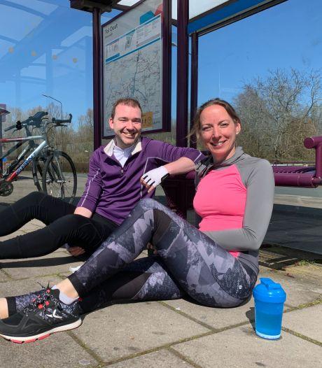 Alexander en Joske rusten uit in Sleeuwijk: 'Vandaag 85 kilometer fietsen, maar morgen weer fris aan het werk'