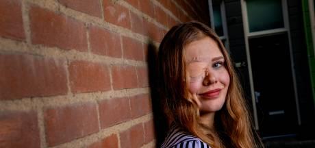 Stephanie (22) verloor haar oog en moet nu wachten op belangrijke operatie: 'Ik word er depressief van'