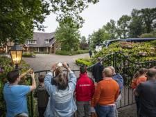 Jonge supporters proberen een glimp op te vangen van Nederlands elftal in De Lutte: 'Frenkie hoorde ons en zwaaide even'