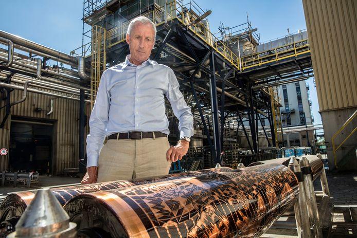 Vlisco-ceo directeur David Suddens in Helmond bij een van de befaamde Vlisco-stoffen.