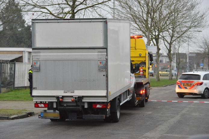 Aan de Koele Mei in Breda is een lege vrachtwagen in beslag genomen door de politie.