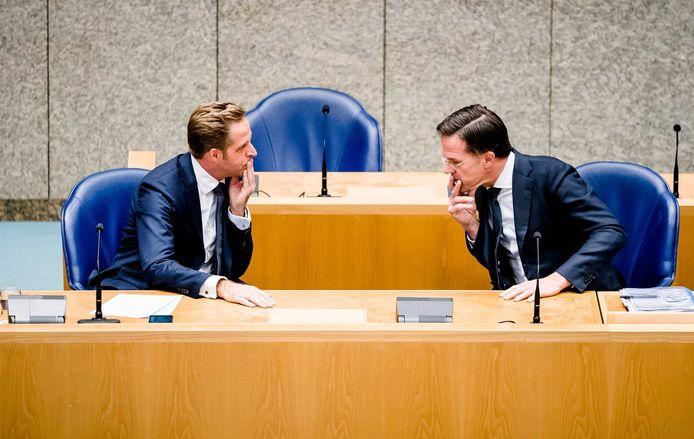 Minister Hugo de Jonge van Volksgezondheid, Welzijn en Sport (CDA) en Premier Mark Rutte tijdens het debat.