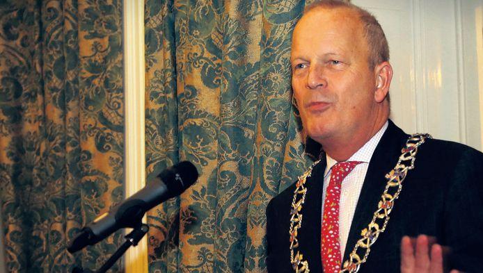 Burgemeester Jan Hoekema is zich van geen kwaad bewust. 'Ik ga niet met champagne in de businessclass zitten.'