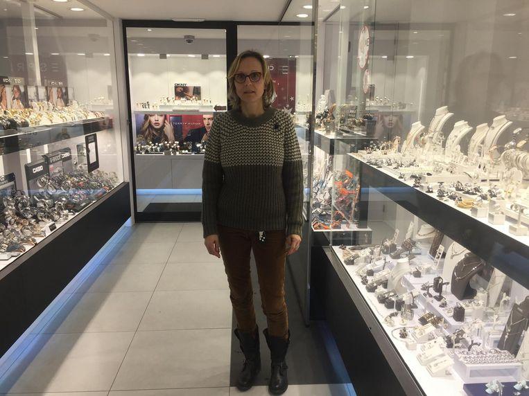 Juwelierster Annik De Mey, een van de twee slachtoffers van de overvaller, in haar zaak.