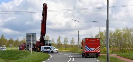Graafmachine raakt hoogspanningskabel in 's-Heerenhoek; weg afgesloten
