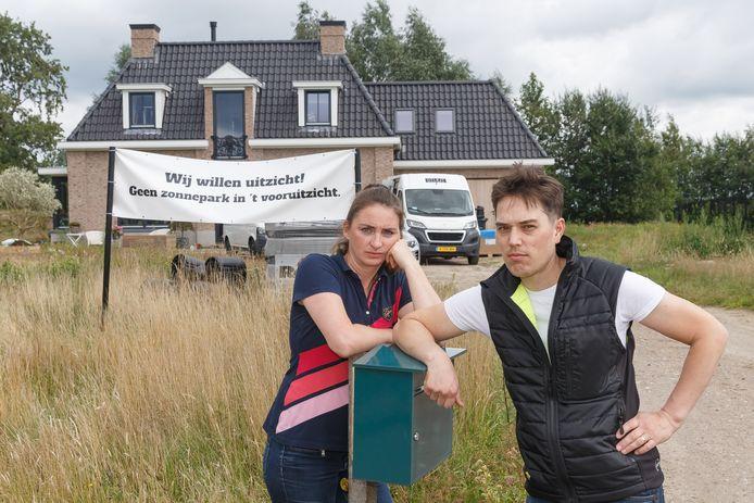 Arthur en Yvette Scholtmeijer voor hun woning.