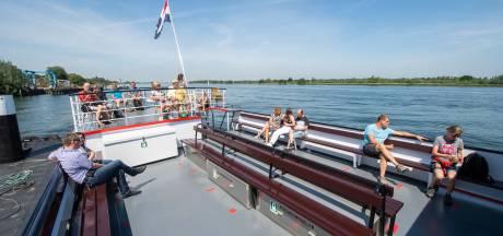 Coronaproof op de Zilvermeeuw door de Biesbosch, met handgel op de loopbrug en ticket in een grote vaas