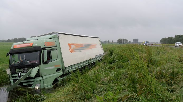 Een vrachtwagenchauffeur die uit Dedemsvaart kwam, is op de A28 ter hoogte van De Wijk van de weg geraakt.