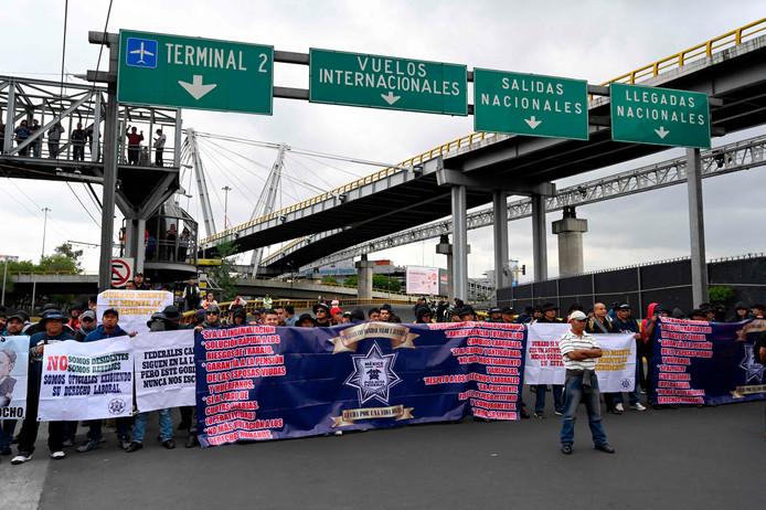 Honderden agenten van de federale politie blokkeren de toegangswegen naar de internationale luchthaven van Mexico-Stad.