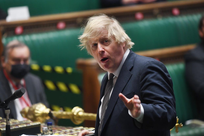 In het Lagerhuis noemde Brits premier Boris Johnson het 'Angelsaksische kapitalisme' de grondslag van de succesvolle vaccinatiecampagne van zijn land. Beeld EPA