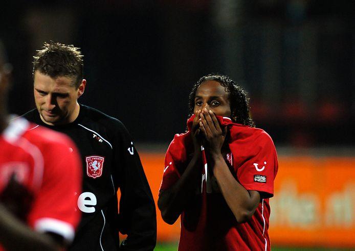 Enorme teleurstelling bij FC Twente na het laatste fluitsignaal. Jeroen Heubach links en Youssouf Hersi treuren.