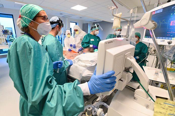 Ziekenhuispersoneel aan het werk in het MontLegia-ziekenhuis in Luik.