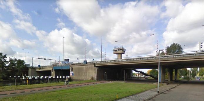 Rijkswaterstaat vervangt het complete brugdeel pas in 2026.