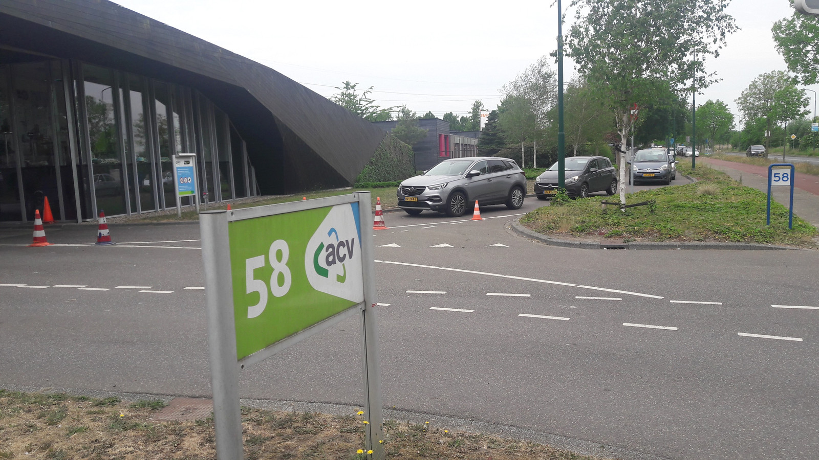 Een rij van ruim een halve kilometer voor het afvalbrengstation in aan de Wageningselaan in Veenendaal op de dag na Hemelvaartsdag.