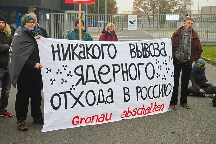 Op een groot spandoek staat de Russische tekst 'Rusland is geen storingsplaats voor uranium uit Duitsland'.