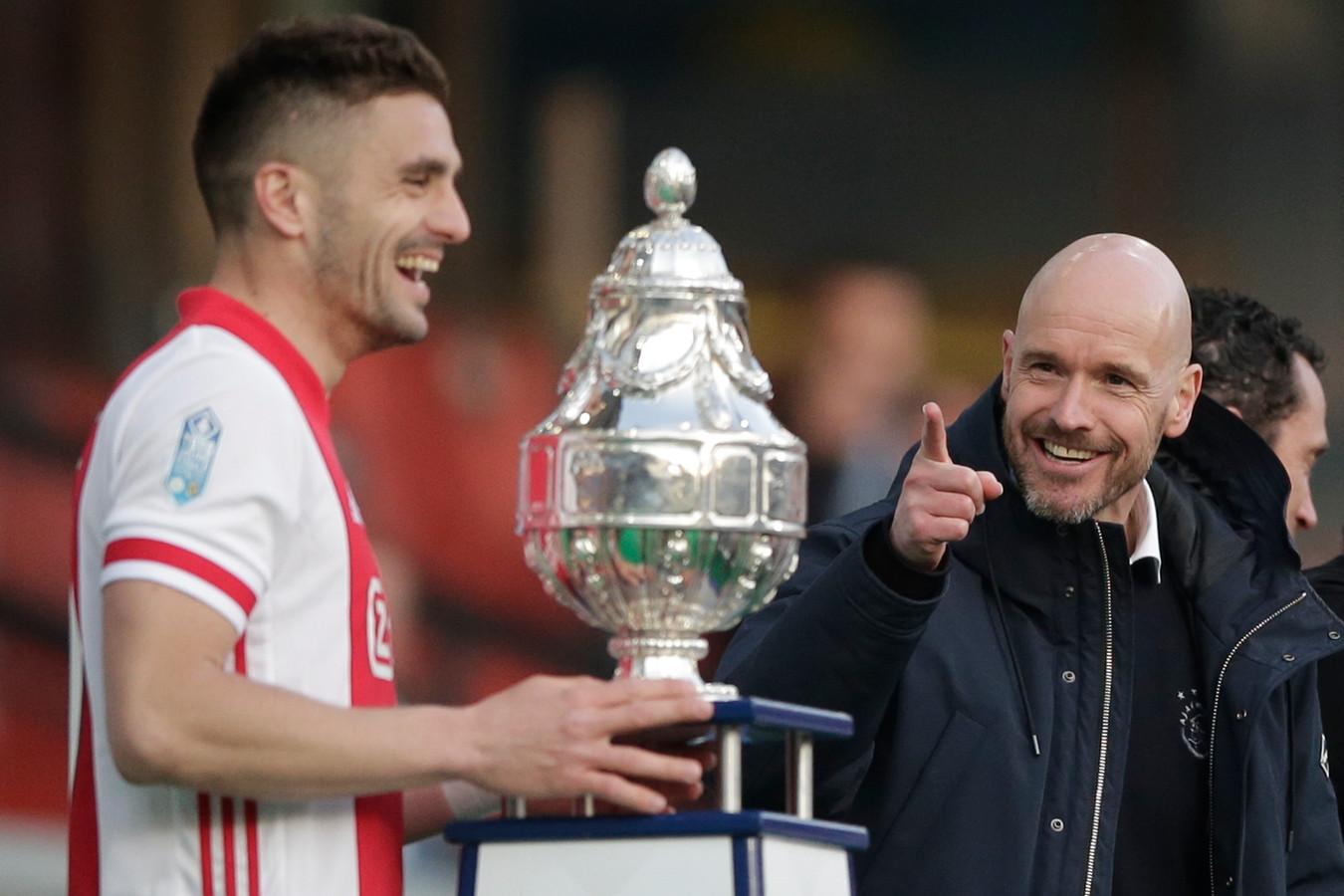 Afgelopen zondag in de Kuip: Ajax-aanvoerder Dusan Tadic gaat de beker in ontvangst nemen, tot vreugde van trainer Erik ten Hag.