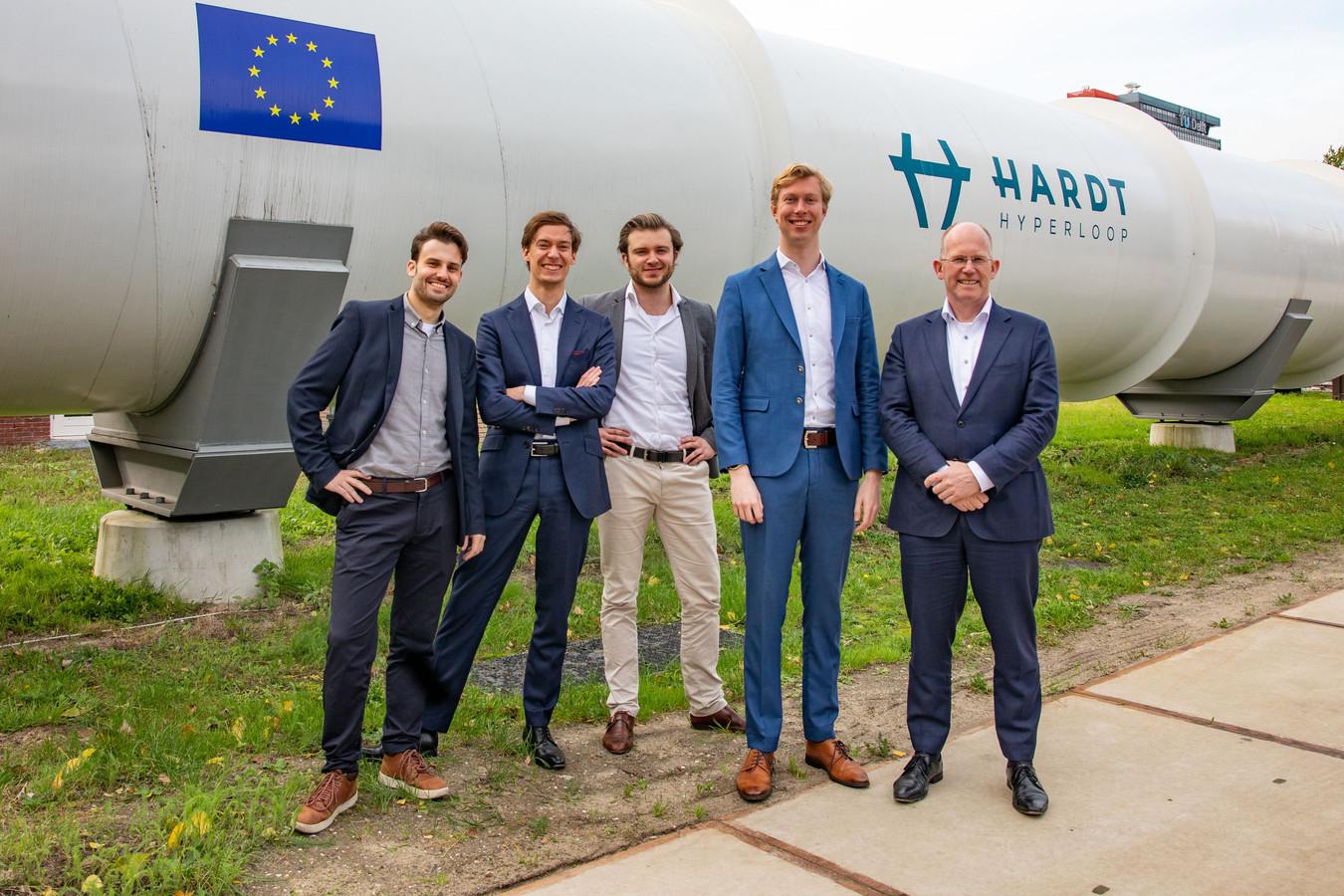 Het team van Hardt Hyperloop met helemaal rechts investeerder Kees Koolen en links van hem Tim Houter