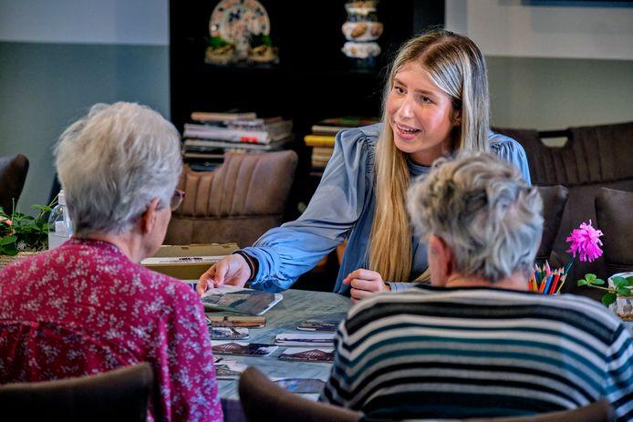 Aan de hand van oude foto's wordt het gesprek met mensen met dementie vaak op gang geholpen.