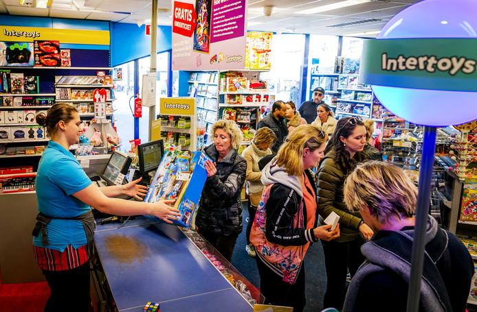 2019-02-23 17:20:35 DEN HAAG - Consumenten verzilveren zaterdag massaal cadeaubonnen van Intertoys in de Scheveningse vestiging. Wegen faillissement hebben klanten nog tot en met zondag om ze in te leveren. ANP REMKO DE WAAL