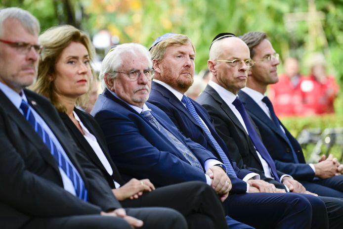 Koning Willem-Alexander (midden op de foto) en premier Rutte (helemaal rechts) bij de onthulling