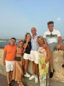 Debby (tweede van rechts) met haar familie
