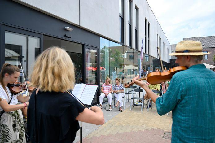 Live muziek in de schaduw van het nieuwe gebouw. Vele bezoekers genoten ervan.