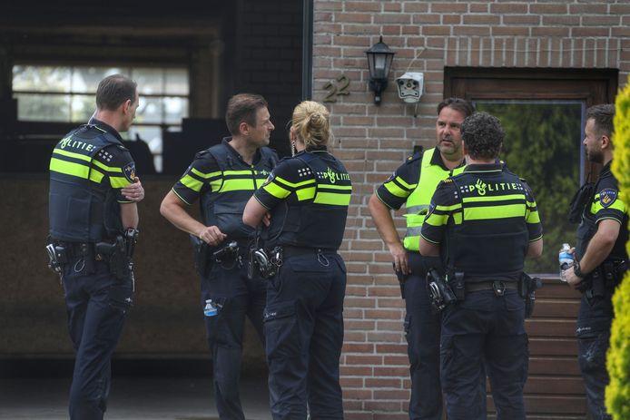 Politieagenten bij het pand aan de Grote Heide waarin een pillenfabriek werd opgerold.