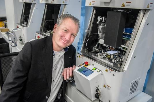Directeur Jan-Willem van Dijk bij één van zijn drie robots. Ze kosten samen tienduizenden euros per maand, maar dat geld haalt Forza er uit, zegt hij.