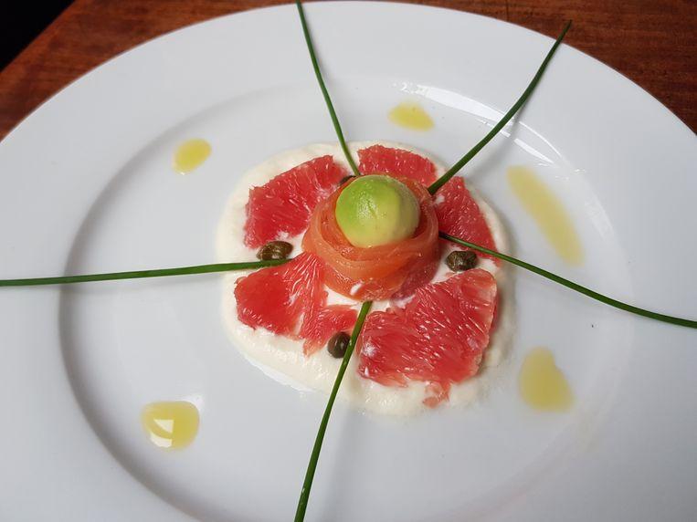 Zalmsalade met grapefruit en avocado. Beeld Marie Louise Schipper