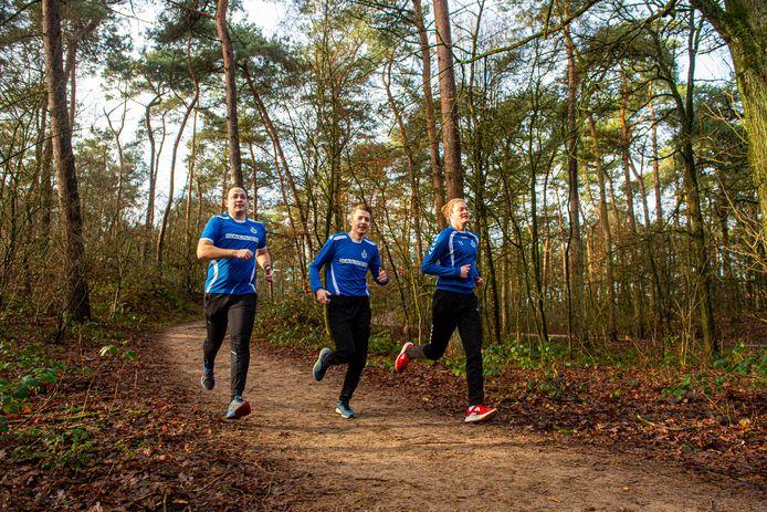 De drie voetballers van het tweede zaterdagteam van SO Soest die geld inzamelen voor jongeren met psychische problemen, van links naar rechts Lester Moorman, Sven van Breukelen en Tom Sevink.