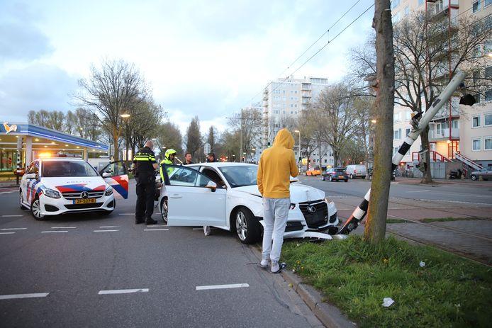 Op de Meppelweg reed gisteravond een auto tegen een paal aan.