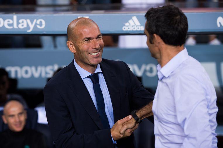 Zidane schudt de hand van Barça-coach Valverde tijdens de heenmatch van de Spaanse Supercup in Camp Nou. Beeld getty