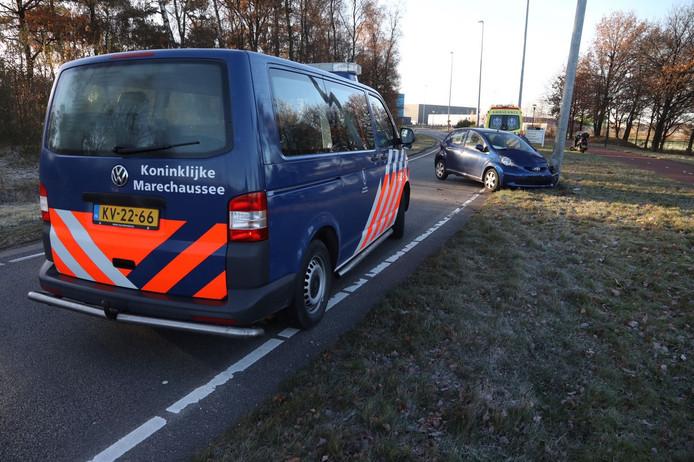 Automobiliste rijdt tegen lantaarnpaal op Park Forum in Eindhoven