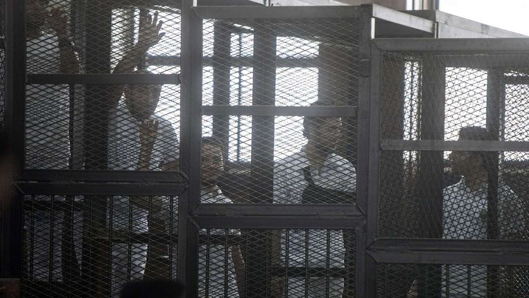 Journalisten van Al-Jazeera, die zijn opgepakt wegens samenzwering met de Moslimbroeders, wachten in de rechtbank in Caïro op hun proces. Beeld afp