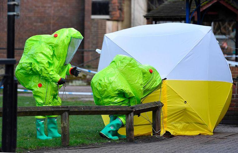 Britse onderzoekers op de plaats waar de gewezen spion en zijn dochter het slachtoffer werden van een liquidatiepoging. Beeld afp