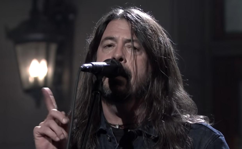 Het vingertje van Dave Grohl tijdens het optreden van Foo Fighters in Saturday Night Live Beeld SNL