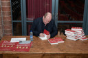 René den Ouden signeerde donderdagavond zijn boeken na de onthulling in de Vondelkerk in Amsterdam.