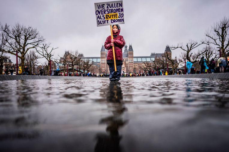Meisje met een bord: 'We zullen overstromen als Rutte zo blijft dromen.'  Beeld Freek van den Bergh