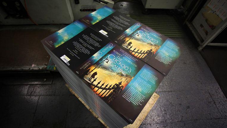 Het boek The Cuckoo's Calling wordt in grote stapels aangesleept sinds bekend is dat het onder pseudoniem geschreven is door Harry Potter-auteur JK Rownling. Beeld getty