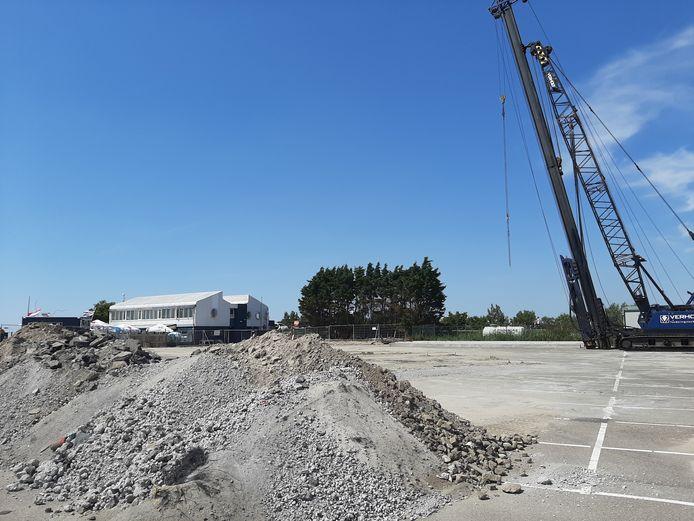 Op het parkeerterrein bij De Zeester wordt een begin gemaakt met de fundering van het nieuwe appartementencomplex.
